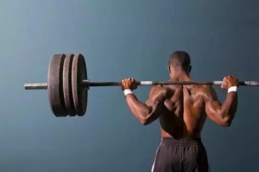 杠铃PK哑铃,最佳健身器械是哪个?